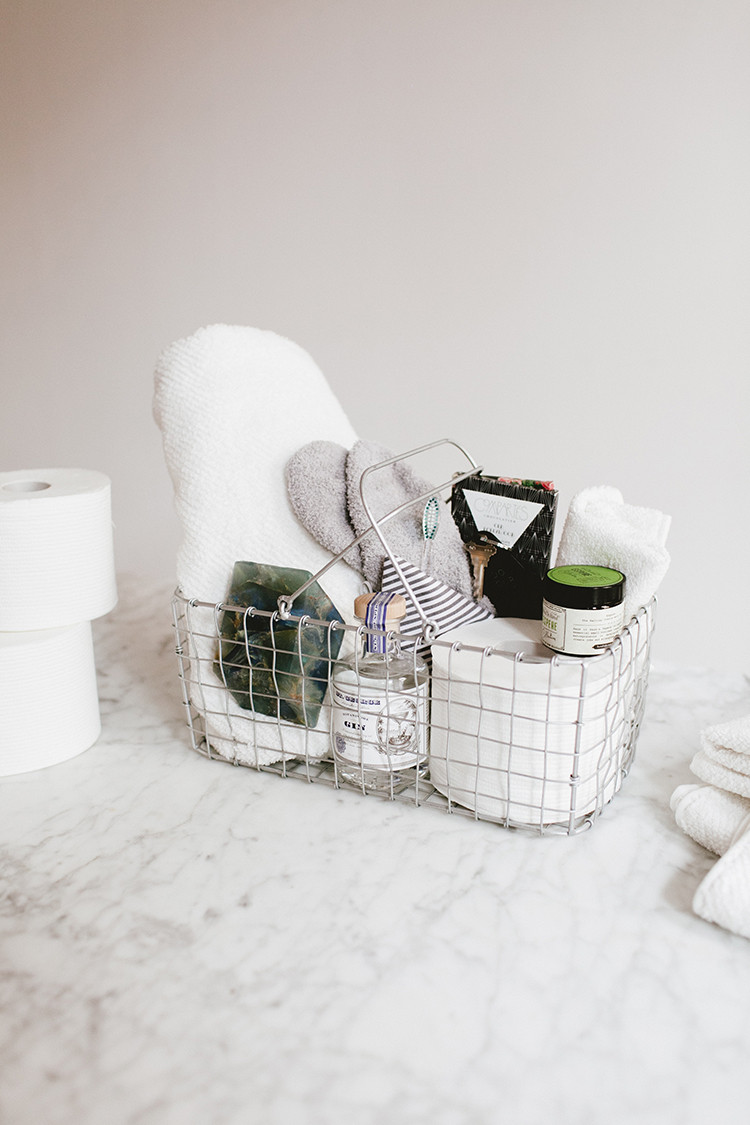 essentials for holiday houseguests // jojotastic.com @cottonelle #ad #OnAMegaRoll
