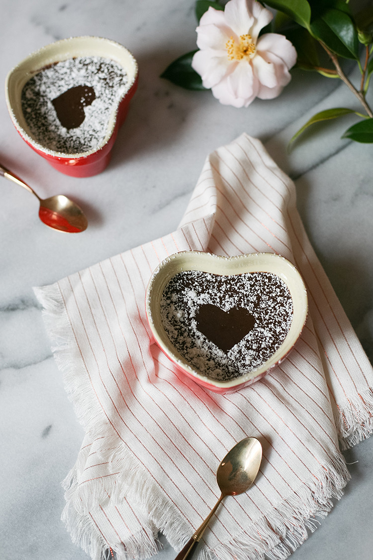 RECIPE // chocolate pots de crème for Valentine's Day - a sweet and easy recipe to make your love. find out how on jojotastic.com