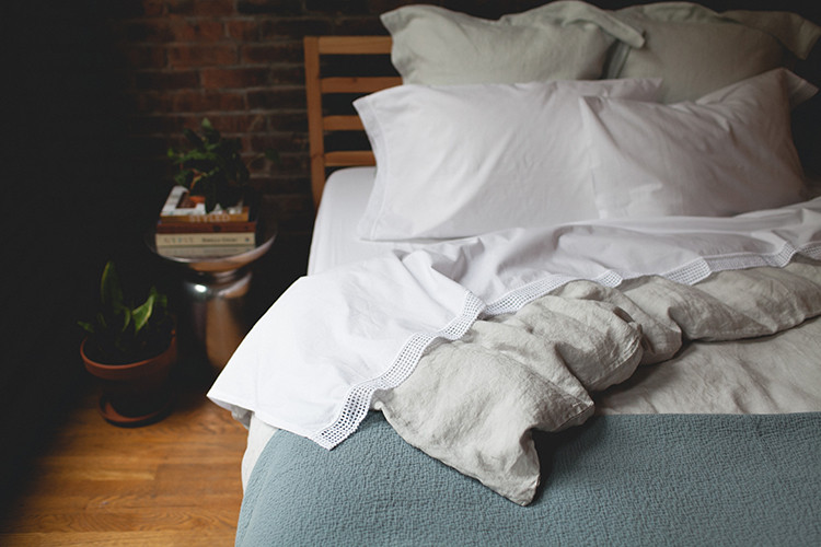 step into spring and refresh your bedding with gorgeous linen sheets and duvet from @coyuchi — plus, more styling tips on jojotastic.com