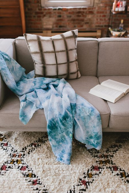 looking for a last-minute Mother's Day gift idea?? check out this round up of GREAT handmade gifts over on jojotastic.com — like this ice dye throw craft.