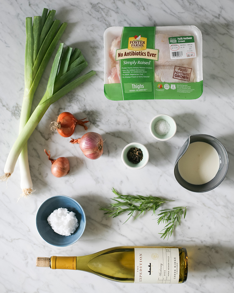 In the mood for comfort food tonight? These roasted chicken thighs in white wine are absolutely delicious and super easy to make — get the full recipe on Jojotastic.com + pin the recipe to save it for later! In partnership with @fosterfarms #NewComfortFood