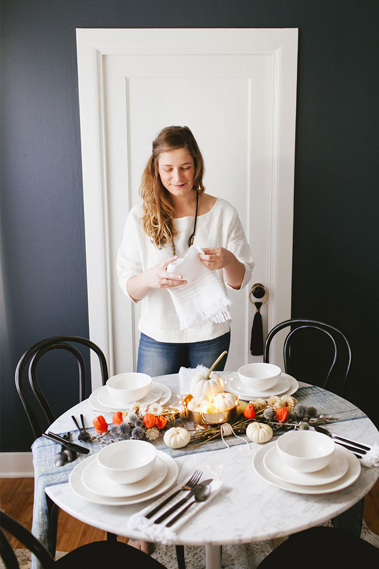 Sharing entertaining tips and tricks for fall and Thanksgiving + my new gorgeous white dinnerware and brushed matte black flatware from @fortessatable — get more boho meets modern styling and dining room inspiration on Jojotastic.com