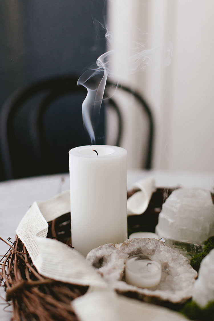 Set your holiday table with this gorgeous mossy candlelit centerpiece with lots of gorgeous glowing candlelight, tealights, moss, a natural wreath, touches of marble, pillar candles, crystals and geodes! Get flower arrangement inspiration + step by step tutorial for this DIY craft project on Jojotastic.com