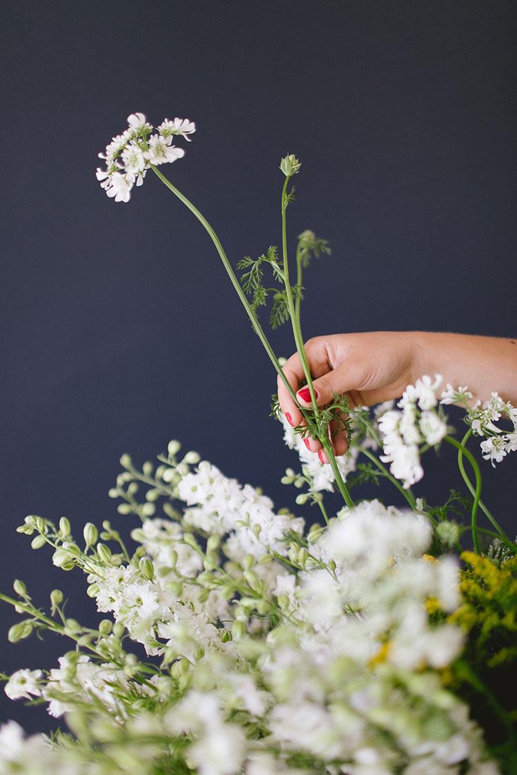 DIY flower centerpiece - a wildflower arrangement straight from the market! get the full tutorial on jojotastic.com!