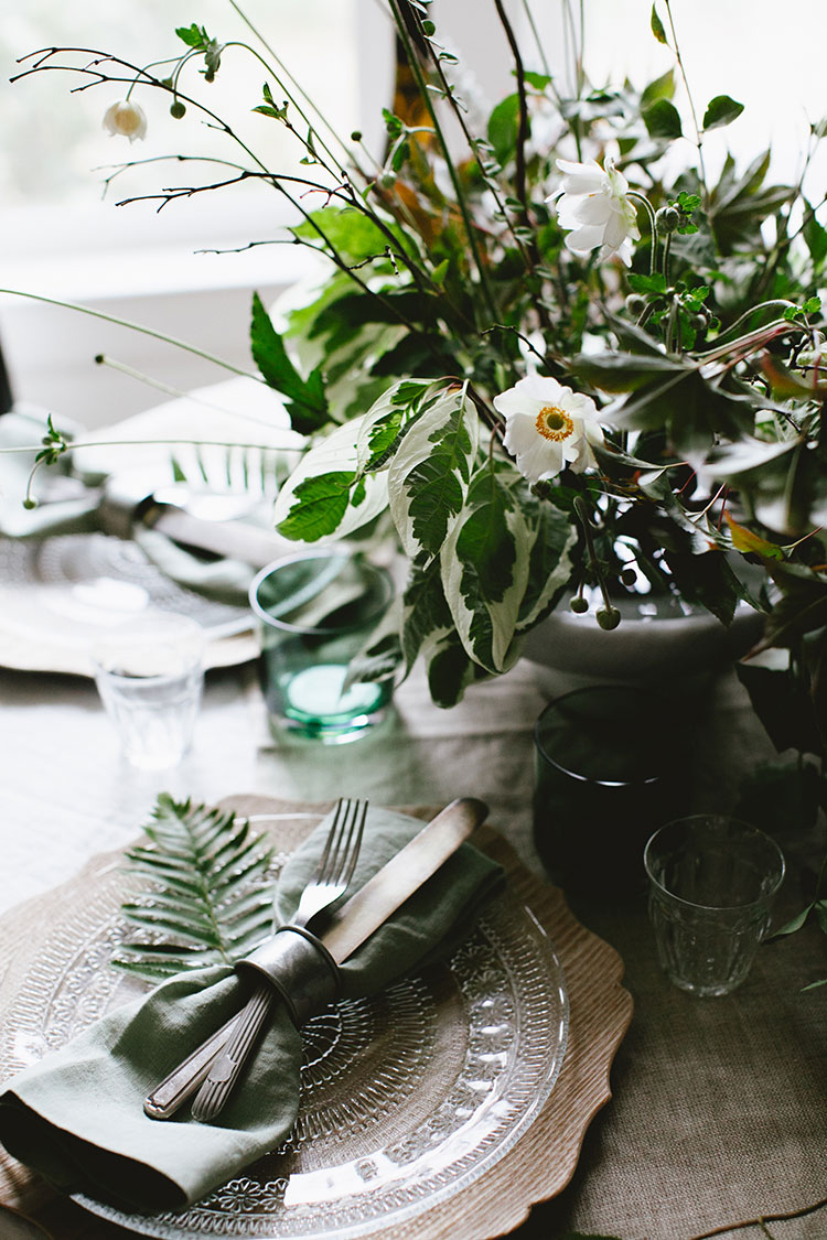 a Pacific Northwest inspired tablescape for small space entertaining and dinner parties for fall! get all of the decor and styling tips on Jojotastic.com