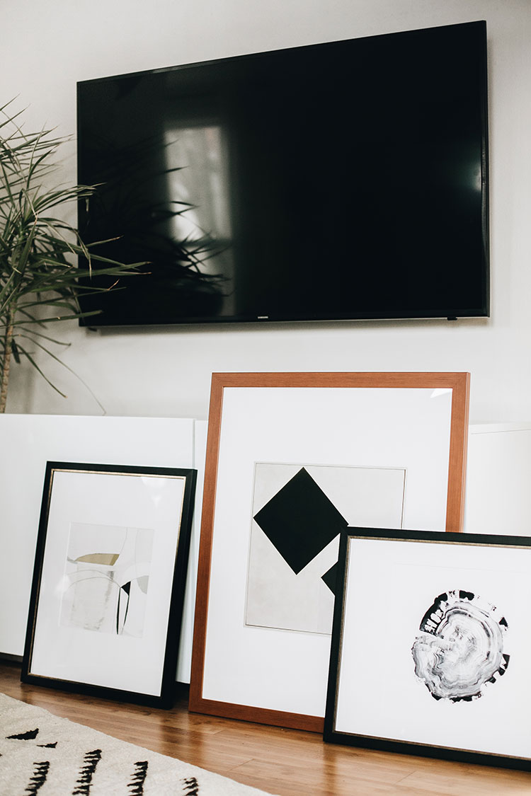 The easiest way to decorate around a big tv: a gallery wall! Learn how to curate a beautiful gallery wall to balance a large television using the Gallery Wall Designer and ArtView™ feature of the @artdotcom app + enter the giveaway! #ad #LoveYourWall Learn more on jojotastic.com #gallerywall