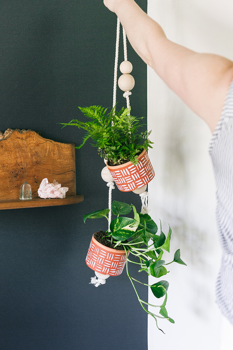 spruce up your home for spring with a pair of #smallspace friendly #diy hanging planters painted with a cool #geometric design. Get the full tutorial at Jojotastic.com