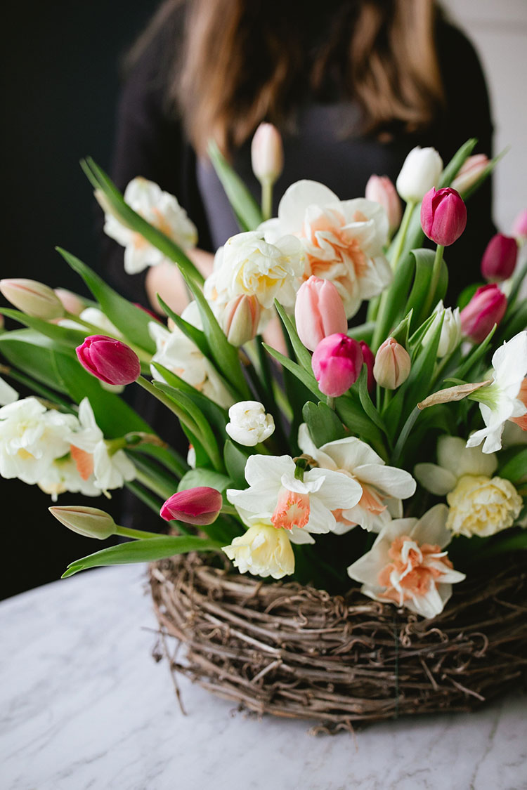 A Spring Nest Centerpiece for Mother's Day with tulips and daffodils DIY tutorial #diy #mothersday #centerpiece #flowers #florals #flowerarrangement