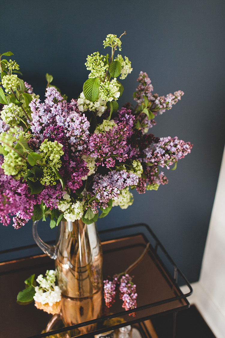 a simple, statement-making lilac bouquet or table centerpiece to celebrate spring. #DIY #flowerarrangement #lilac #springflowers #flowers