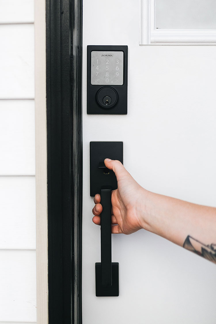 How to Prepare Your Home to be Vacation Rental with @schlagelocks matte black door hardware with keyless entry! Also tips for hosting guests and assembling a gift basket. #SchlageCustom #ad