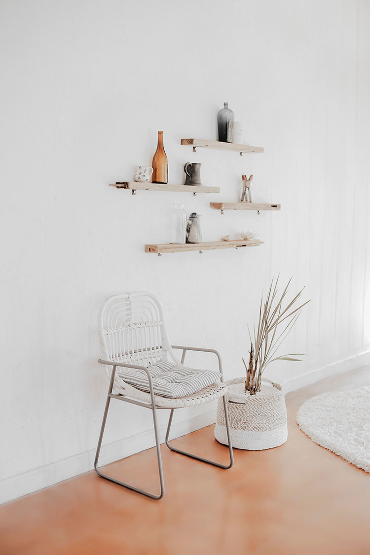 A Few Tips & Resources for Living a Minimalist Life #smallspaces #smallspace #minimalist #minimalism #tinyhouse #tinyhome #minimalistliving