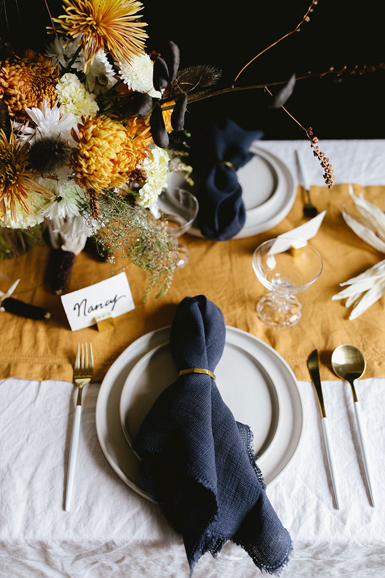 How To Style a Casual and Chic Friendsgiving Tablescape #flowerarrangement #floralarrangement #flowerarranging #centerpiece #thanksgiving #fall #thanksgivingdecor #florals #flowers #fallflowers #friendsgiving #tablescape #tabletop #styling #tablestyling #dinnerparty