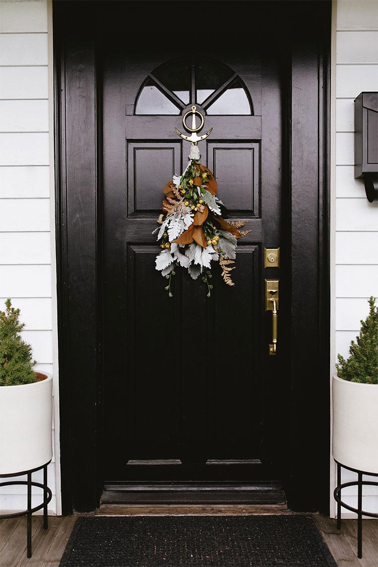 Modern Door Swag Tutorial, learn how to make this modern take on traditional holiday decor. #DIY #swag #frontdoor #blackfrontdoor #blackdoor #modernchristmas #christmas #thanksgiving #entryway #christmasDIY