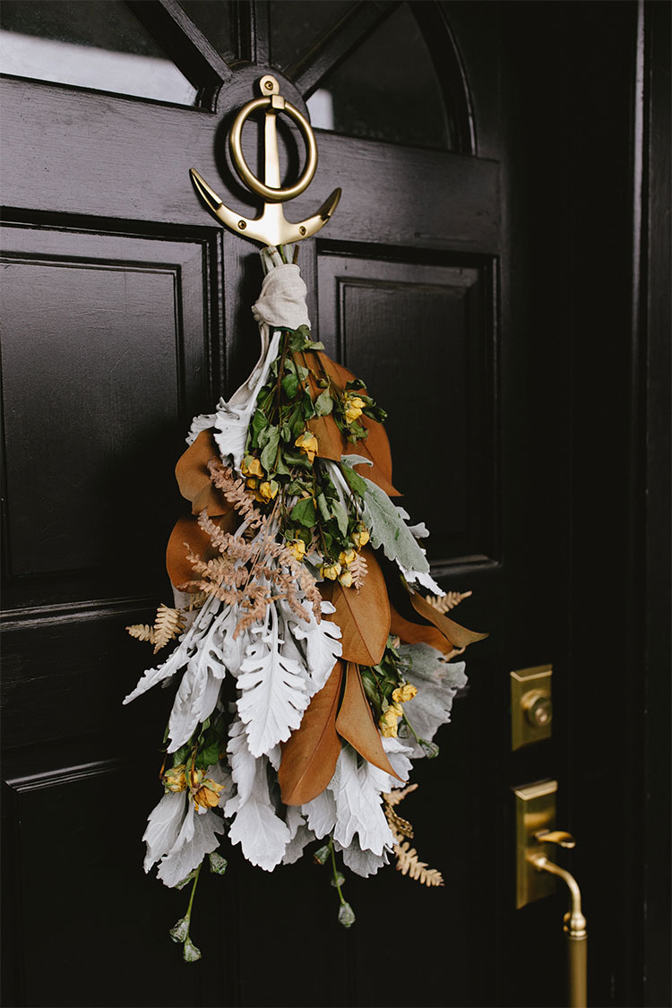 Modern Door Swag Tutorial, learn how to make this modern take on traditional holiday decor. #DIY #swag #frontdoor #blackfrontdoor #blackdoor #modernchristmas #christmas #thanksgiving #entryway #christmasDIY