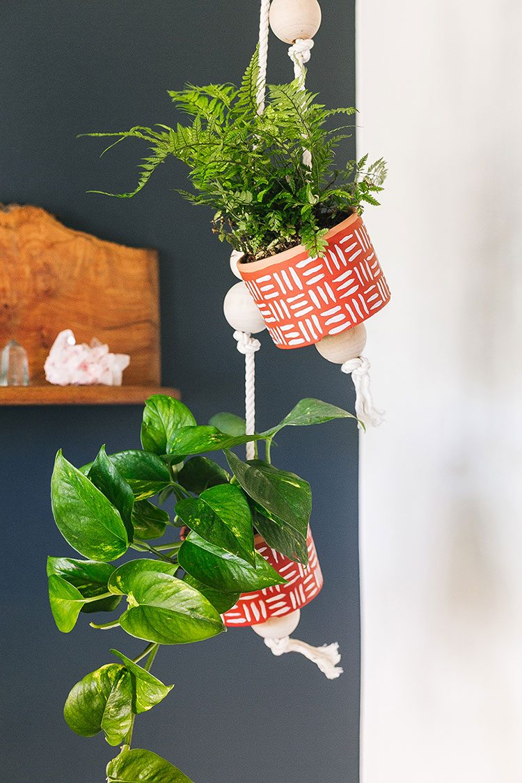 13 Last-Minute Handmade Gift Ideas including these handpainted terra cotta planters! Get the full tutorial at Jojotastic.com #giftguide #handmadegifts #DIYgifts #christmasgifts #giftideas #diy #hangingplanter #planter #pothos #terracotta