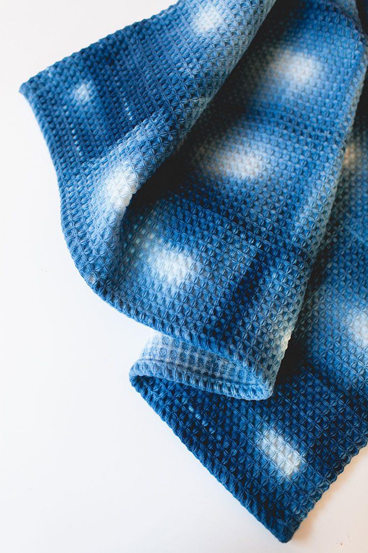 13 Last-Minute Handmade Gift Ideas including this shibori dye bathmat ikea hackl! Get the full tutorial at Jojotastic.com #giftguide #handmadegifts #DIYgifts #christmasgifts #giftideas #diy #bathmat #bathmatdiy  #shibori #shiboriDIY #indigo