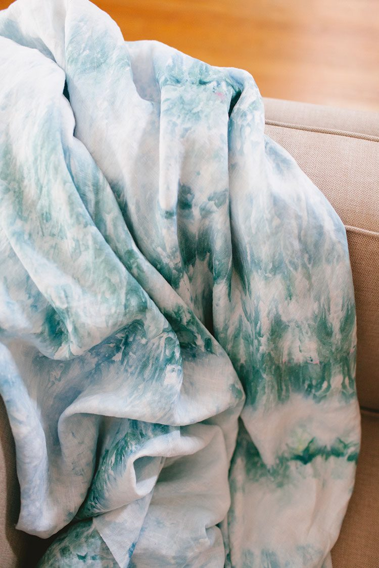 13 Last-Minute Handmade Gift Ideas including how to ice dye a linen throw! Get the full tutorial at Jojotastic.com #giftguide #handmadegifts #DIYgifts #christmasgifts #giftideas #diy #icedye #howtoicedye #icedyeing