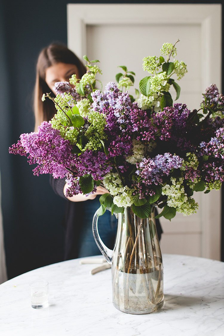The Best Flower Arranging Tips & Tools, Straight from a Professional Florist! Read now and pin for later all of these easy tricks for creating centerpieces, wreaths, flower arrangements, bouquets, garlands, and more from The Stemmery. #tipsandtricks #florals #flowers #flowerarranging #florist #professionalflorist