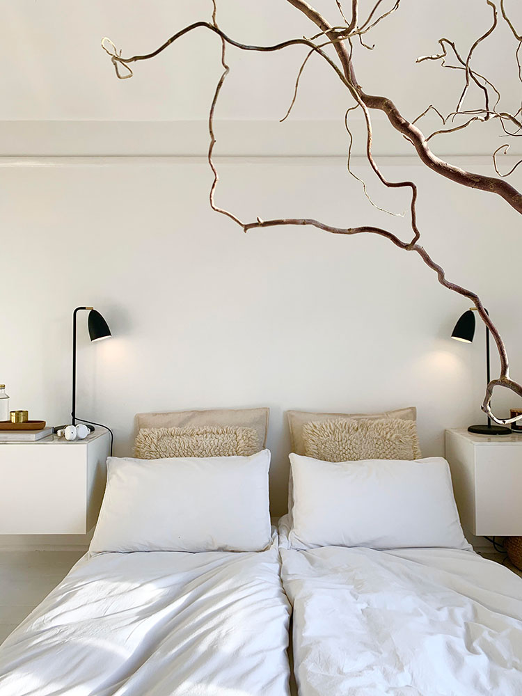 Home Tour: Inside the Perfectly Minimalist Modern Home of Kristina Rasmussen @scandistylist #smallspaces #tinyhouse #livesmall #smallspacesquad #hometour #housetour #minimalist #minimalism #boho #bohemian #bohostyle #californiacool #neutralhome #neutralinteriors