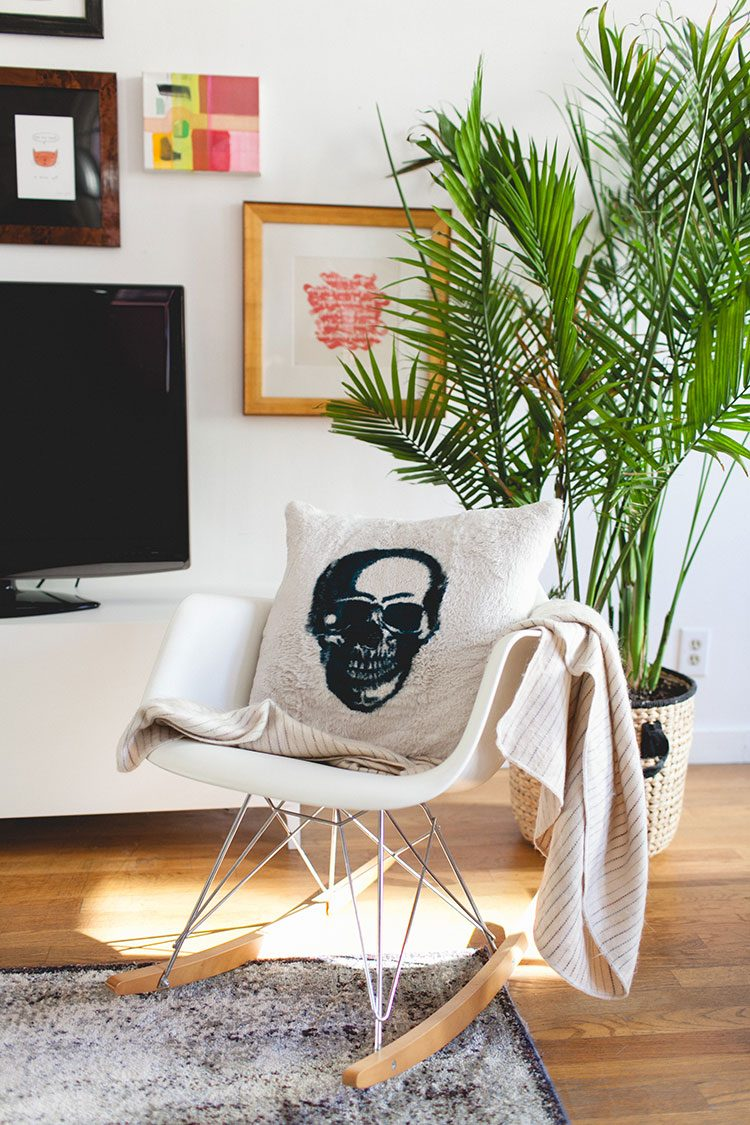 How to Decorate with Large Indoor Plants in a Small Space. #plants #houseplants #lowlightplants #indoorgardening #smallspaces #tipsandtricks #tinyhome #decoratingwithplants