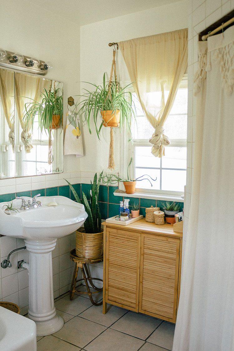 Small Space Squad Home Tour: Inside the Dreamy Bohemian Paradise of Sara Toufali, aka Black & Blooms. @saratoufali #smallspaces #tinyhouse #livesmall #smallspacesquad #hometour #housetour #minimalist #minimalism #boho #bohemian #bohostyle