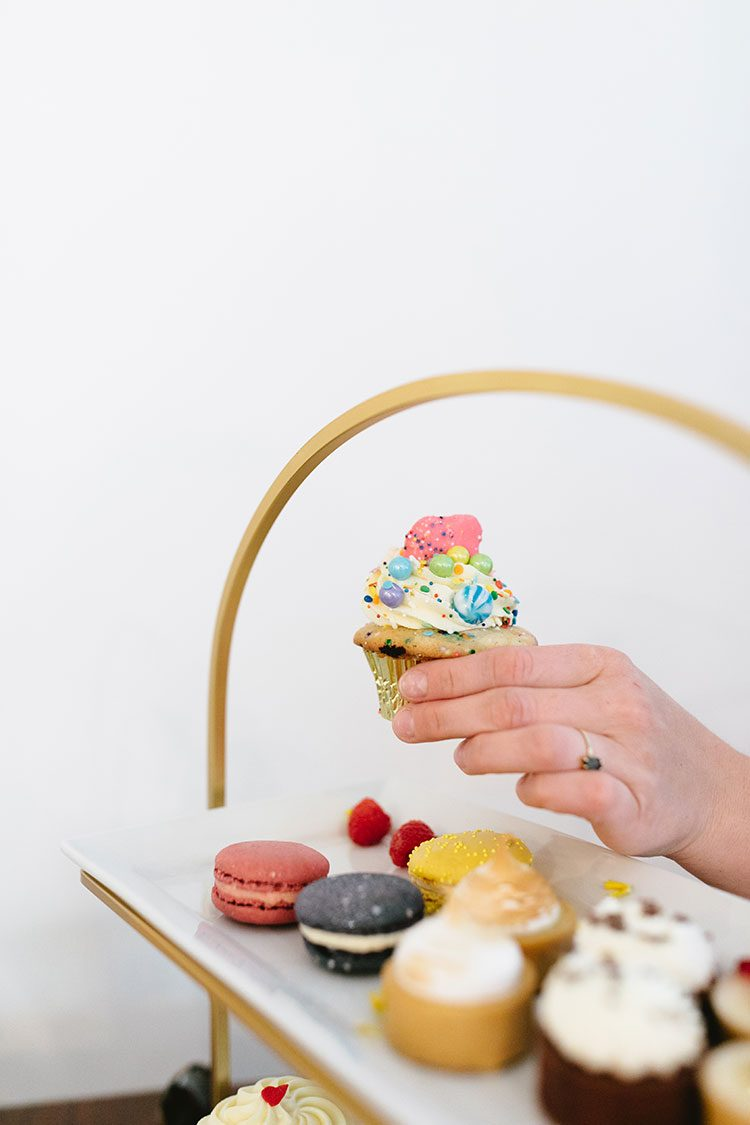 My Best Tips for Wedding Cake Tasting! Cupcakes, tarts, macarons by Trophy Cupcakes in Seattle. Non-traditional wedding planning tips, Seattle Wedding. PNW wedding @trophycupcakes #caketasting #weddingtips #weddingplanning #weddingcake #weddingcupcakes  #nontraditionalwedding #modernwedding #pnwwedding #pacificnorthwestwedding #seattlewedding