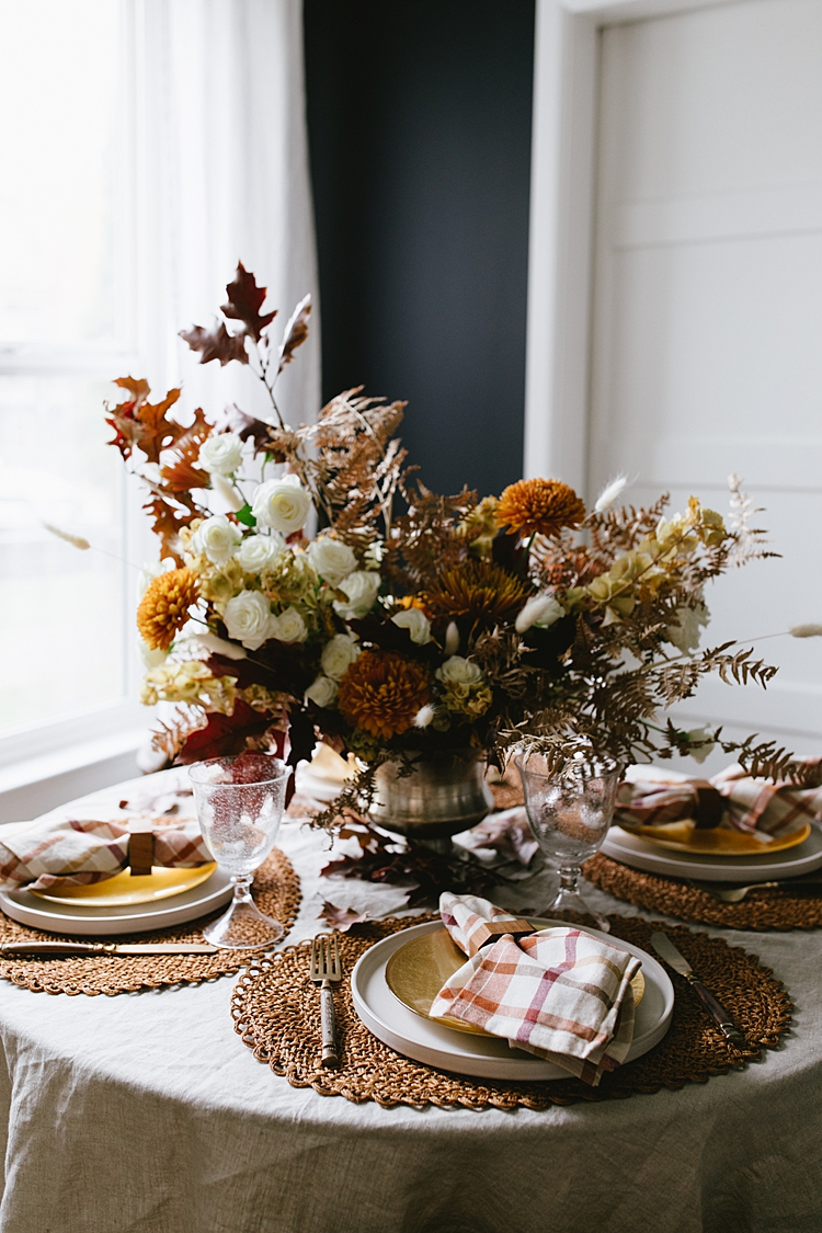 Hosting Thanksgiving in a Small Space? These Tablescape Styling Tips Will Help! #flowerarrangement #floralarrangement #flowerarranging #centerpiece #thanksgiving #fall #thanksgivingdecor #florals #flowers #fallflowers #friendsgiving #tablescape #tabletop #styling #tablestyling #dinnerparty