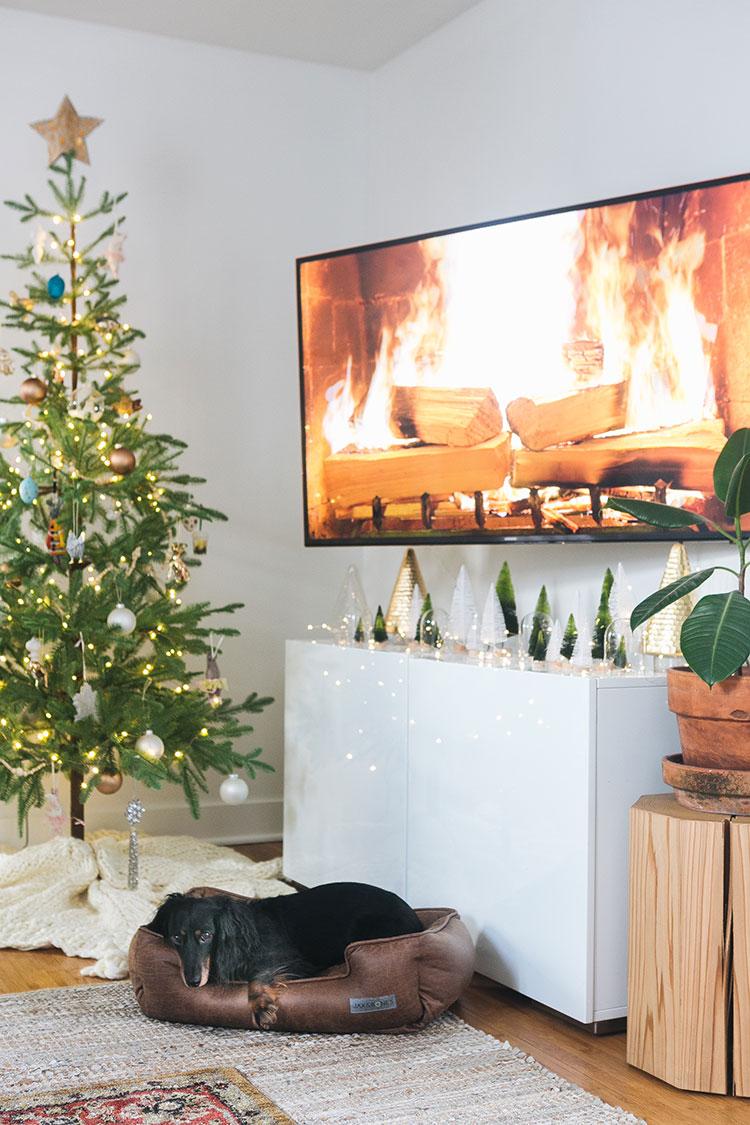 Our Living Room Makeover With Crate and Barrel + Tips for Entertaining in a Small Space! Check out our holiday decor and living room refresh with @CrateandBarrel on jojotastic.com #ad #CrateStyle #smallspaces #holidaydecor #livingroom #smalllivingroom #holidayentertaining #holidaydecorating #tinyhouse #livingroommakeover