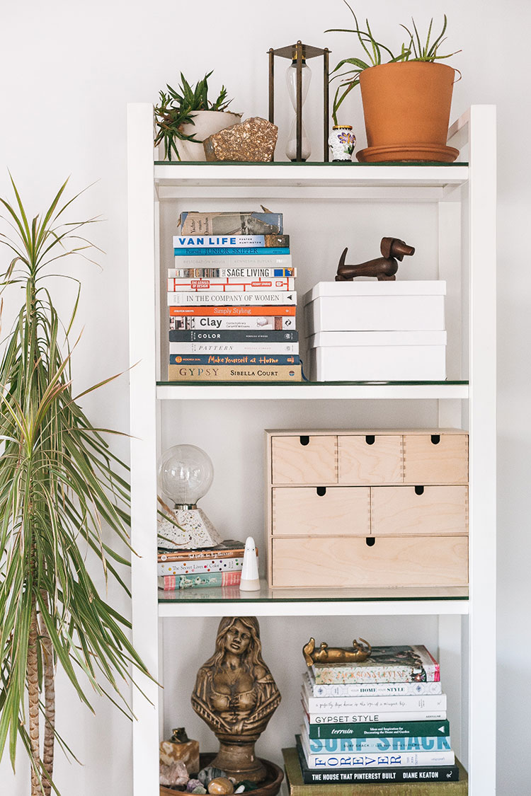 How to Style a #Shelfie Like a Pro: My Best Tips for a Perfectly Styled Bookshelf! See more our small space living room makeover on jojotastic.com #smallspaces #livingroom #smalllivingroom #tinyhouse #livingroommakeover #shelfie #styling #decortips #decorhacks #howtostyleashelf #bookshelfstyling