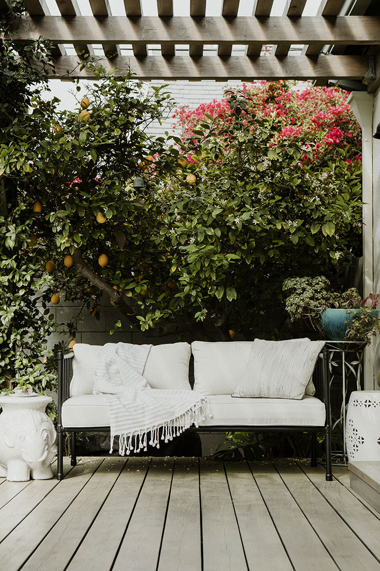 Looking for tips to make the most of your outdoor space on a budget? These outdoor decor tips will inspire you to make the perfect outdoor oasis! Maximize your outdoor space with these easy tips. #outdoordecor #deck #patio