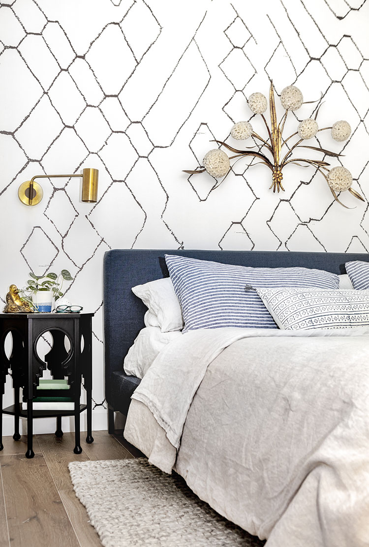 Calling all renters! Temporarily update your rental apartment or house with these 7 easy ideas to make the space feel more like home. Tips include removable wallpaper, peel and stick tile, creating a gallery wall, and more! #rental #decortips #interiordesign #smallspaces