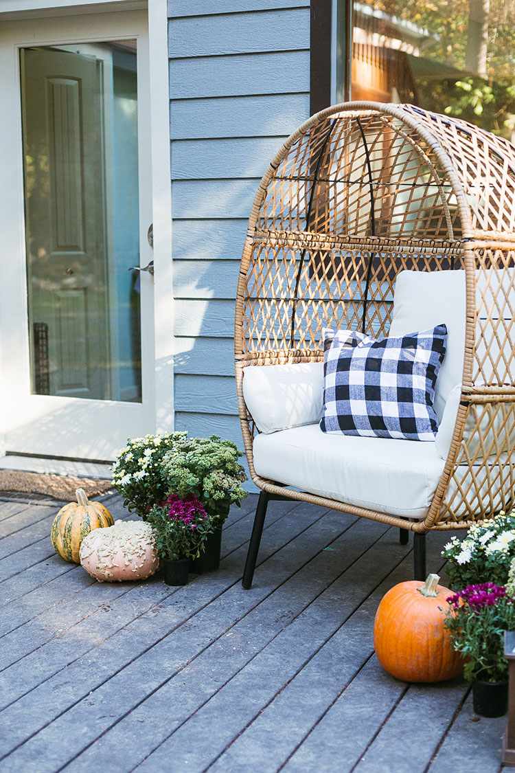 Take a peek at our new house + how I'm decorating for fall with @bhglivebetter @walmart including mums, pumpkins, and a wicker egg chair! #BHGlivebetter #walmart #betterhomesandgardens #AD