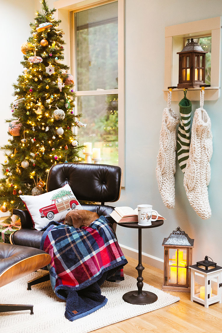 5 Ways to Get Cozy Cabin Vibes For the Holidays in partnership with @bhglivebetter exclusively @walmart! Cozy hygge holiday decor featuring oversized sherpa throws, holiday pillows, holiday mug, and more! #holidaydecor #hygge #cozycabin #BHGlivebetter #walmart #betterhomesandgardens #AD