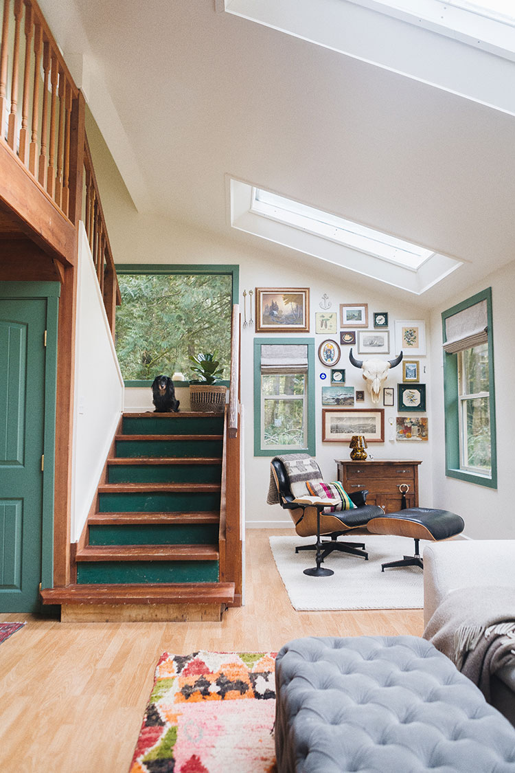 It's reveal day for our modern eclectic Pacific Northwest cabin makeover renovation and the amazing paint from @dunnedwards! #AD Learn all about working with a Professional Color Advisor to pick the right paint color + use code JOJOTASTIC25 for a discount. Green doors, trim and windows with creamy white walls and cedar timbers in a mountain home. #dunnedwards