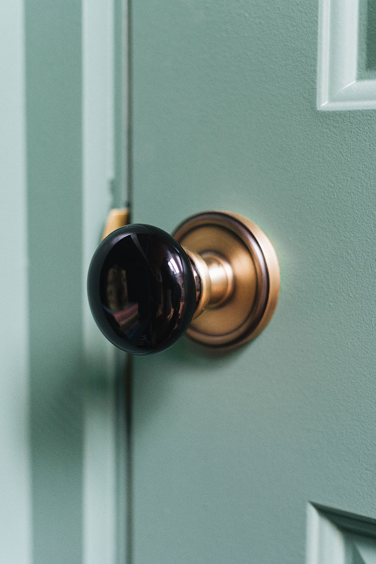 All About Choosing Interior Door Hardware and Hinges from Grandeur Luxury Hardware and Nostalgic Warehouse @nwdoorhardware @grandeurluxury #AD black porcelain interior door knobs with vintage brass rosette and matching hinges with button tips