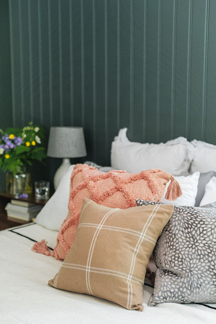My Guide to Mixing and Matching Decorative Pillows Like a Pro! how to choose the right throw pillows and style them like an interior designer: pattern mixing, print mixing, proportion, scale and more general interior design rules & tips!