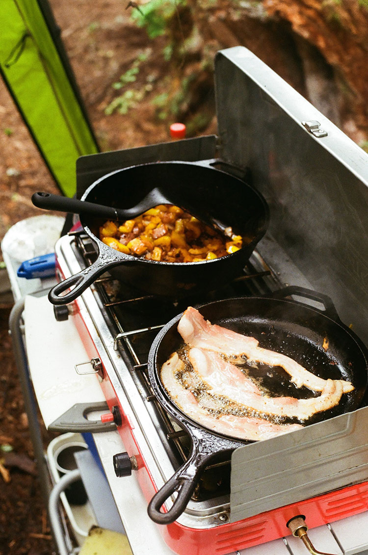 The Best (and Easiest!) Camping Meals plus how to plan meals for camping. Outdoor adventure tips and camp cooking tips. 3 easy recipes to make when camping