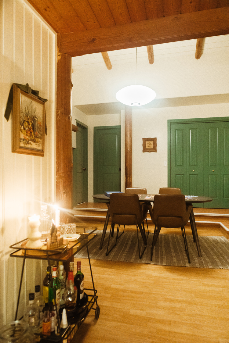 What Our Cabin Looks Like at Night + Tips for Good Lighting. How to pick good lighting for hygge ambiance at nightime and other home decor tips and tricks